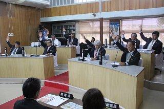 教育長人事の同意案は全会一致で承認された=18日午後、与那国町議会議場