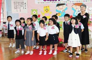 園歌を大きな声で歌うやえやま幼稚園の園児ら=19日午前、やえやま幼稚園