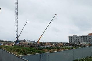 強電設備工事業者の辞退で工事の中断が懸念されていた新庁舎建設。再入札の落札で回避される見通しとなった=24日、新庁舎建設現場
