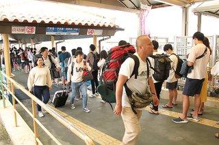 石垣市への2月観光入域者数は国内路線で好調だった。3月に入ってからも大きな落ち込みを見せていない=21日午前、ユーグレナ石垣港離島ターミナル