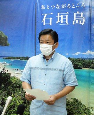 新型コロナウイルス感染症防止に関連し、来島予定者らに「節度ある行動を」と呼び掛ける中山義隆市長=3月31日夕、市役所