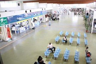 春休みシーズンが終了し、閑散とするユーグレナ石垣港離島ターミナル=2日午後、同ターミナル