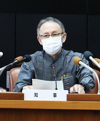 県職員を含めた新たな新型コロナウイルス感染症患者の発生を発表する玉城デニー知事(中央)=3日午後、県庁