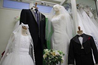 結婚式の延期や中止が相次ぎ、ブライダル業界が死活問題になっている=3日午後、市内店舗