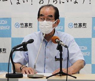 会見で緊急事態宣言を発表する西大舛高旬町長=17日午後、竹富町役場仮庁舎
