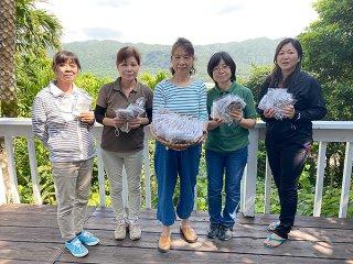 地域の高齢者世帯に手作りマスクを配布した川平婦人会のメンバーら=17日、川平(同婦人会提供)
