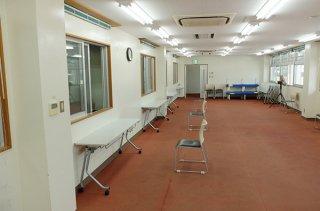 石垣市中央運動公園野球場会議室に設けられている新型コロナウイルス感染症相談外来=17日午前