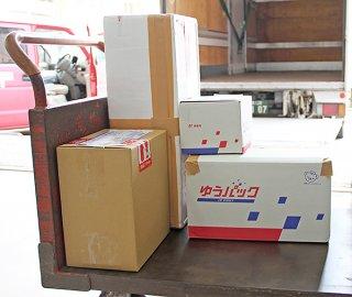 八重山郵便局に持ち込まれるゆうパックなどの荷物。新型コロナウイルスの影響で配送に遅れが出ている=17日午後、八重山郵便局