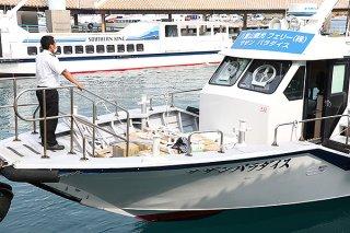 竹富町の島々に輸送するため船積みされる生活物資。町が船積みまでを支援する方策を検討している=14日午後、ユーグレナ石垣港離島ターミナ