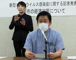 新型コロナウイルス感染症の影響に伴う経済対策の内容を発表する中山義隆市長=24日午後、市役所会議室