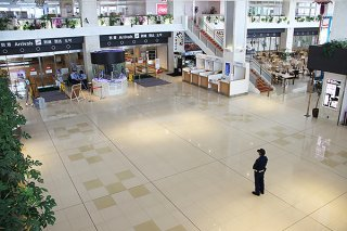 最大12日間の大型連休がスタートしたものの閑散とする石垣空港=25日午後、同空港