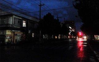 新型コロナの影響による臨時休業でにぎわいを失った美崎町=27日夜