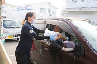 JA石垣牛セットが特別価格で販売された=2日午前、沖縄共同ガス㈱八重山営業所駐車場