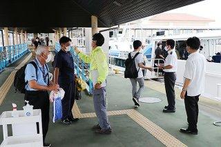竹富町の緊急事態宣言解除を受け、7日から1日1往復2便~2往復4便の定期船運航が再開=石垣港離島ターミナル