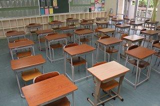 石垣第二中学校の教室。机同士の距離を十分に保つことが難しい=7日午後、同校