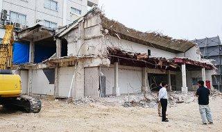 竹富町役場旧本庁舎解体部分は残り20~30%となっている=1日