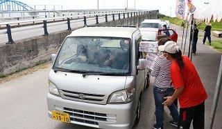 ドライブスルー方式で新鮮な車エビの販売が行われた=9日午前、南ぬ浜町緑地公園