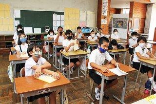 47日ぶりに登校し、新学期をスタートさせる児童ら=11日午前、八島小学校