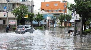 記録的大雨で冠水する新栄大通り=12日午前7時20分ごろ