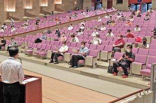 石垣市の観光客受け入れ再開に向けた基本的な考え方について意見を述べる宿泊事業者ら=14日午後、市民会館大ホール