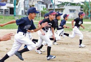 約1か月半ぶりのクラブ活動に汗を流す少年オリオンズの部員ら=18日午後、新川小学校グラウンド