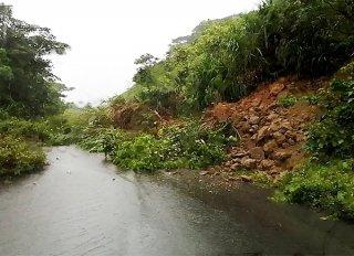 雨で崖が崩れた崎枝屋良部一周線=22日午後(石垣市防災危機管理課提供)