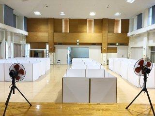 避難所の運営では仕切り板を設置し、感染防止を図る=14日、石垣市健康福祉センター検診ホール