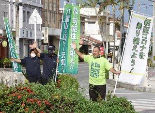 ドライバーに支持を呼び掛ける次呂久成崇氏(右)=28日午前8時半ごろ、730交差点