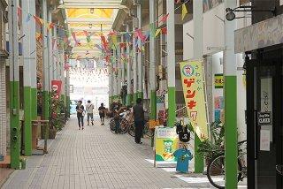 八重山3市町は6月1日、観光客受け入れを再開する。市内商店街では現在も休業する店舗が多く、人通りは少ない=30日午後、ユーグレナモール