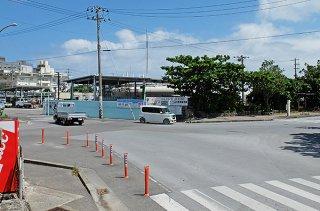 先島ガス前の交差点。市は2022年度から23年度にかけ、改良工事の着手を予定している=4日午後