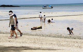 内行楽地では地元の家族連れと観光客がまばらにみられた=6日午前、底地ビーチ