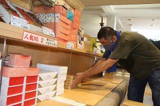 営業再開を前に店舗の清掃や商品の陳列に精を出す空港店舗の職員=15日午後、南ぬ島石垣空港