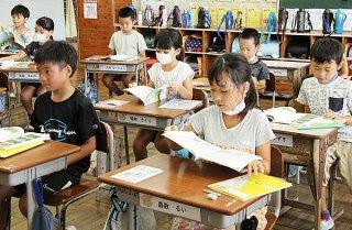 クーラーの無い普通教室で、汗だくで授業を受ける八島小学校の児童ら=16日午後、同校