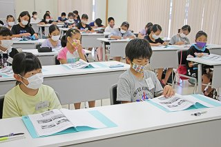 第1回授業に耳を傾ける参加者ら=20日午後、結い心センター1階研修室