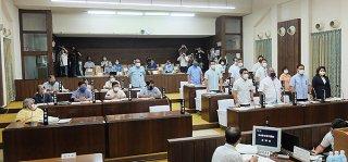 尖閣諸島の字名を変更する議案に起立して賛成する与党議員ら=22日午前、本会議場