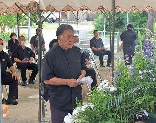 追悼の言葉で「沖縄戦の記憶を記録に」と訴える県遺族連合会八重山支部の喜友名盛允支部長=23日午後、八重守之塔