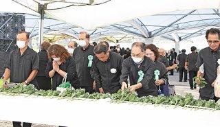 「沖縄全戦没者追悼式」で献花する参列者ら=23日、糸満市摩文仁の平和祈念公園