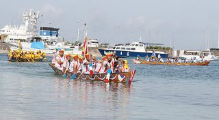 中一組、中二組、西組による「スネー」=24日午前、石垣漁港