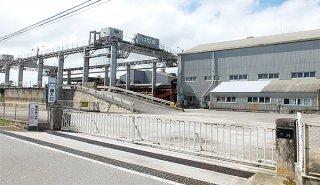 施設の老朽化が深刻になっている石垣島製糖工場。県と関係機関が解決策の具体的な検討を始めた=6月30日午後、名蔵