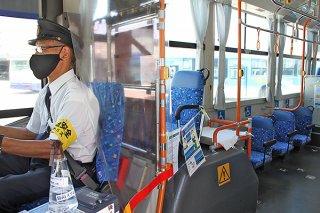 東運輸は路線バスの運転席にビニールシートを設置。席も減らすなど感染症対策を行っている=11日午後、同社バスターミナル内