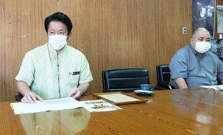 石垣島まつりの開催意義を説明する中山義隆市長=21日午後、庁議室