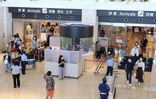 県の旅行者専用相談センターが設置され、サーモグラフィーも搭乗口2カ所で対応している=22日午後、南ぬ島石垣空港