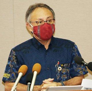 新型コロナの感染拡大を受けて緊急事態宣言を発令する玉城デニー知事=7月31日、県庁