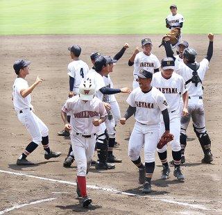 日本ウエルネスに8―7で勝利し、喜ぶ八重高ナイン=1日午後、タピックスタジアム名護
