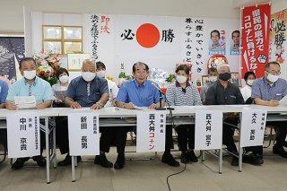 2期目に向け政策発表をする西大舛髙旬氏(中央)=1日午後、美崎町の後援会事務所