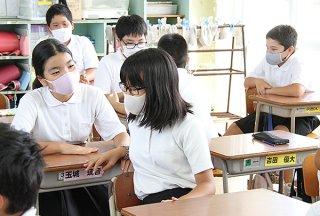約2週間ぶりに級友とのおしゃべりを楽しむ児童ら=17日午前、大浜小学校