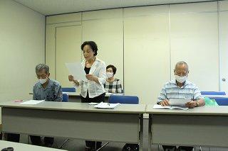 教科書採択をめぐり抗議声明を発表する子どもと教科書を考える八重山地区住民の会=20日午後、大濱信泉記念館