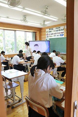 2学期が始まった船浦中学校。新型コロナウイルスへ理解を持ち学校生活を送る生徒ら=20日午前