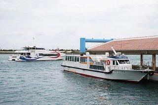 手前から八重山観光フェリー、安栄観光の旅客船。10月1日から共通乗船券の廃止が計画されている=24日夕、ユーグレナ石垣港離島ターミナル