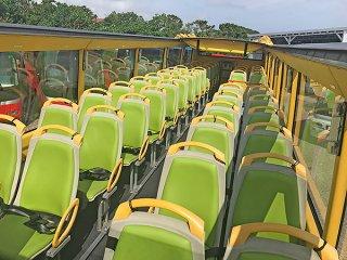 オープントップバスを購入した南ぬ島交通。地元修学旅行用のプラン作成も行っている=25日午後、新川